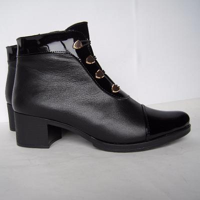 132e9806f194 Женские ботинки из натуральной кожи с вставками из лакированной кожи  черного цвета