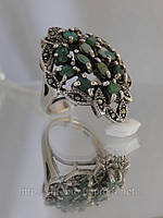 Оригинальный перстень с изумрудом и марказитами