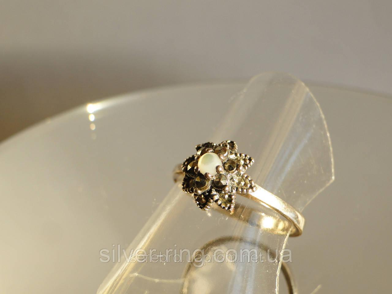 Кольцо из капельного серебра с лунным камнем