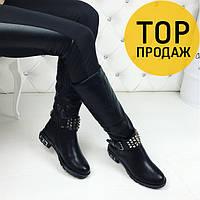 Женские зимние сапоги с ремешком, черного цвета / высокие сапоги женские кожаные, на меху, модные