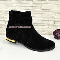Зимние ботинки замшевые, декорированы темными камнями.