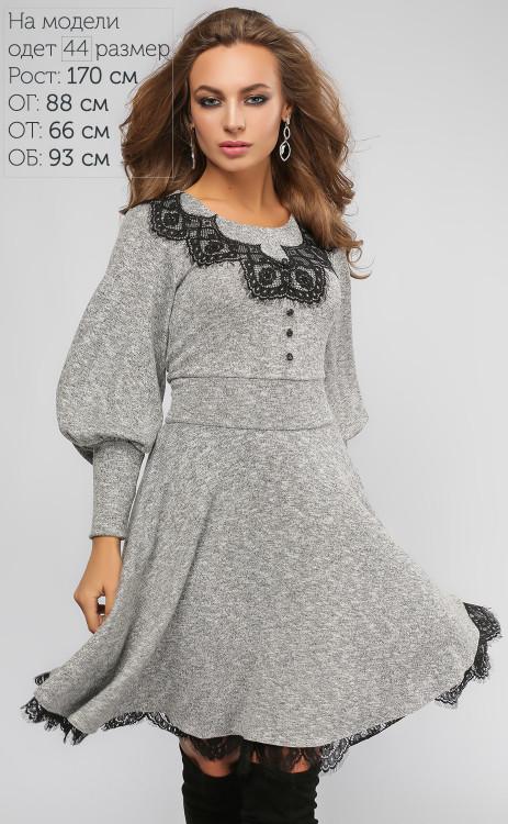 Серое молодежное платье с кружевом