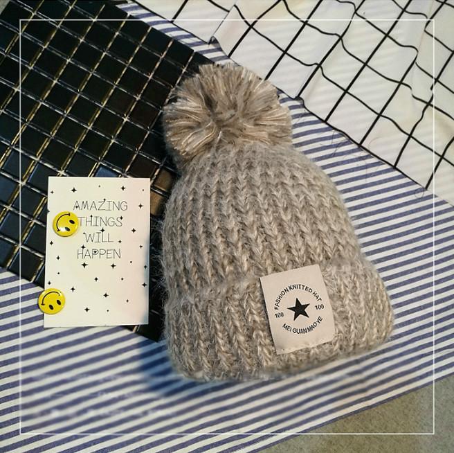 Женская теплая вязаная шапка с бубоном (помпоном) Star бежевая