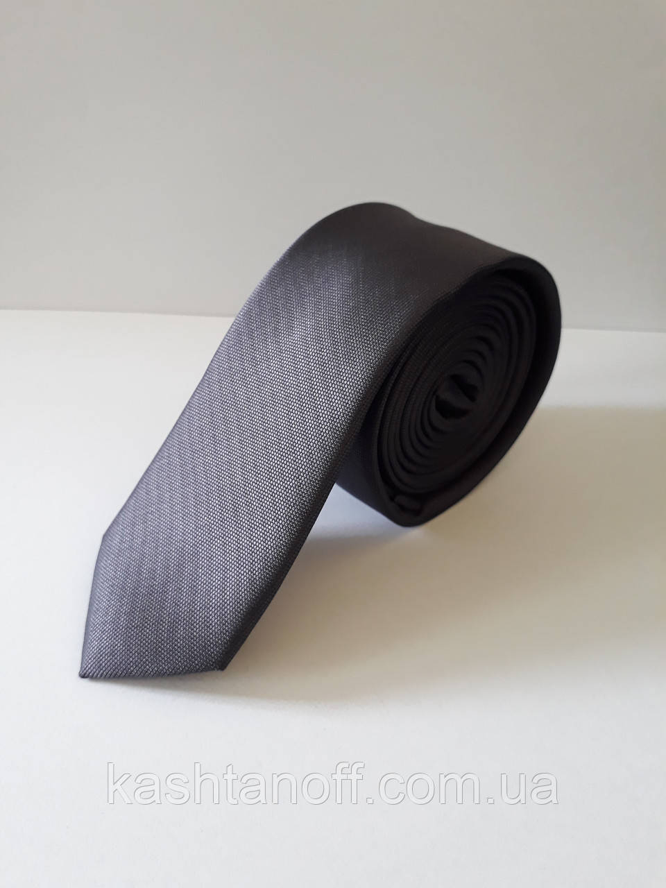 Узкий серый галстук