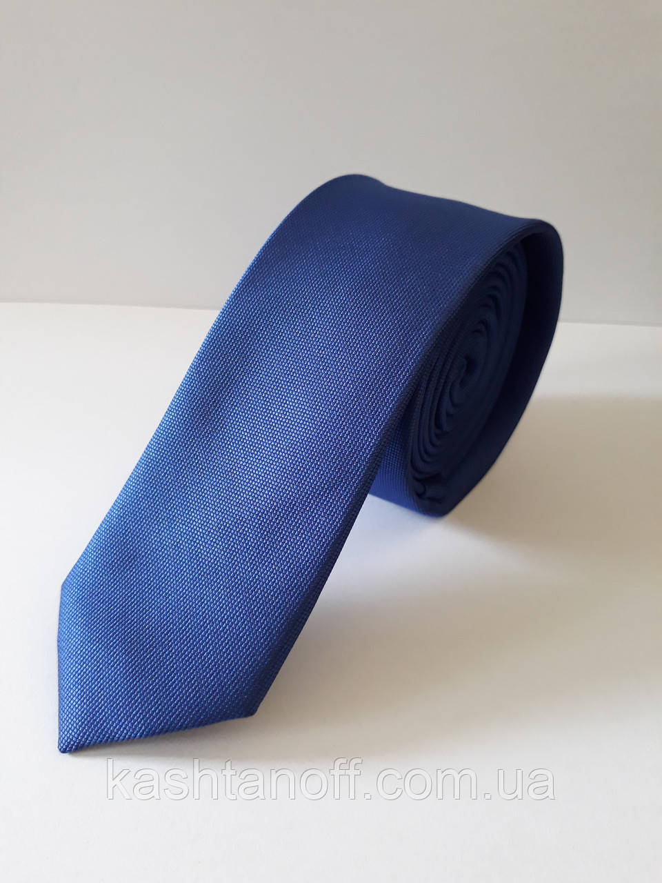 Узкий синий галстук