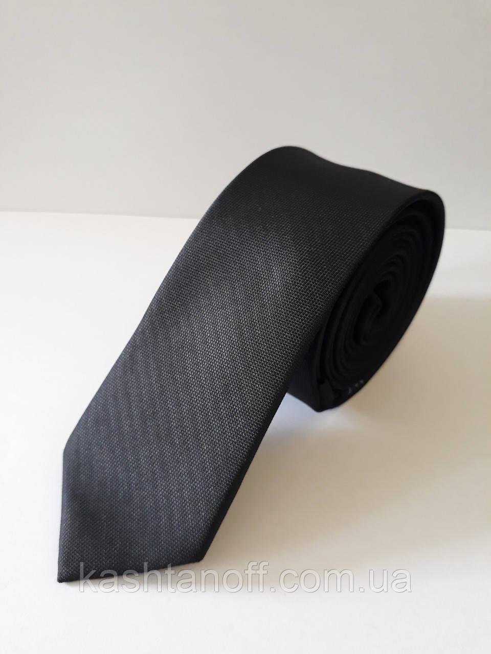 Вузький чорний галстук