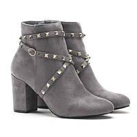 Женские ботинки серые замшевые с шипами