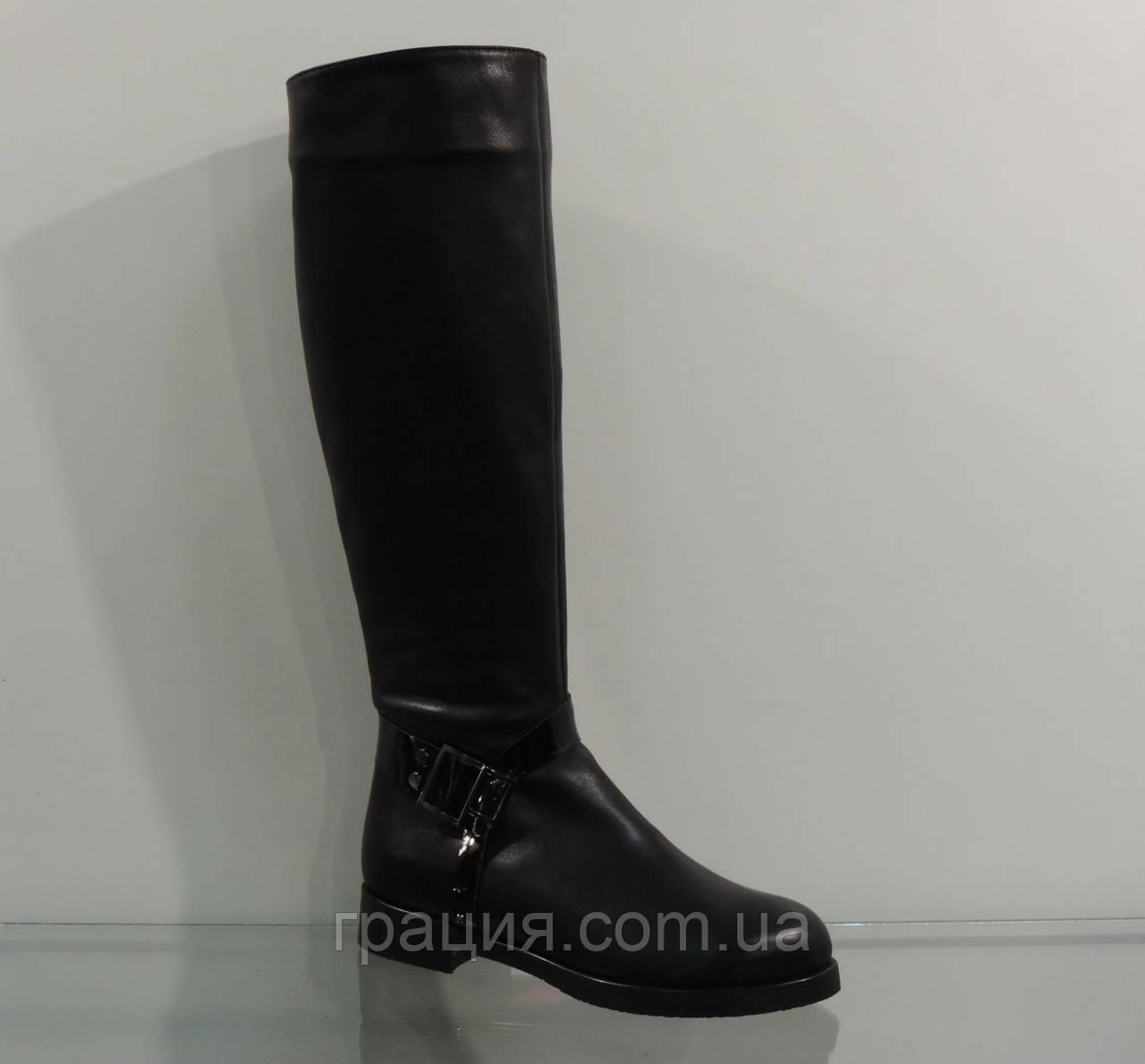 Модные кожаные зимние сапожки на маленьком каблуке с ремешками