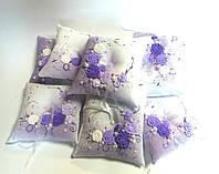 Подушечка для обручальных колец в фиолетовом цвете. Ручная работа: лепка с росписью