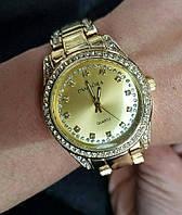 Женские часы Pandora золотые.