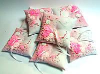 Подушечка для обручальных колец в розовом цвете. Ручная работа: лепка с росписью