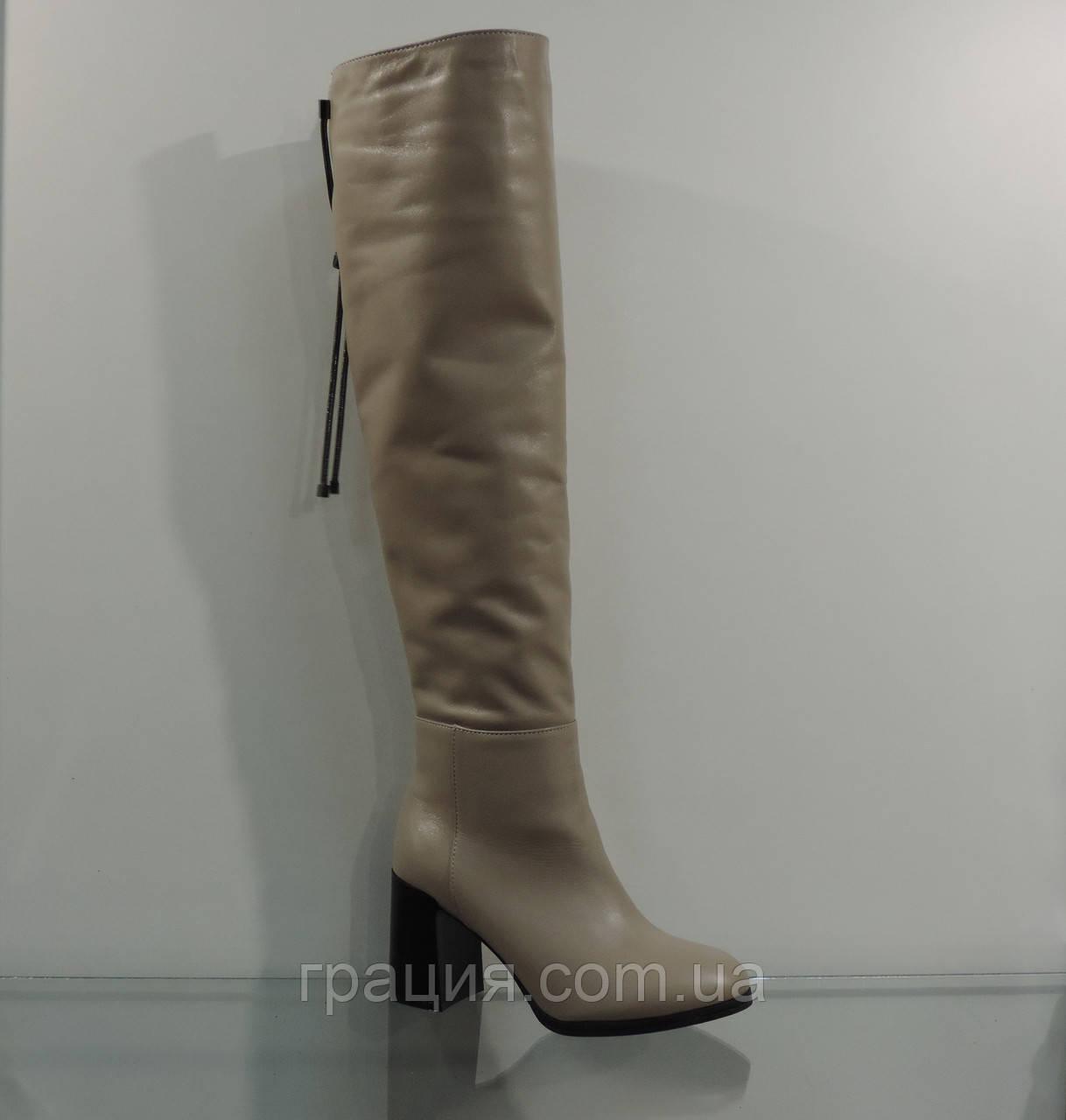 Молодежные высокие кожаные зимние сапожки на модном каблуке бежевые