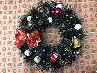 Рождественский венок на двери