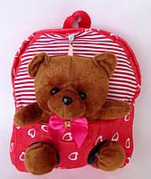 """Рюкзак с игрушкой детский для девочки """" Мишка """"  красного цвета"""
