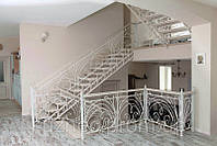 Кованые лестницы с деревяными ступенями