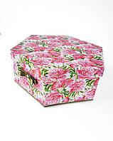 Большая шестиугольная подарочная коробка ручной работы белого цвета с принтом из объемных розовых пионов