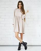 Бежевое трикотажное платье с округлой горловиной