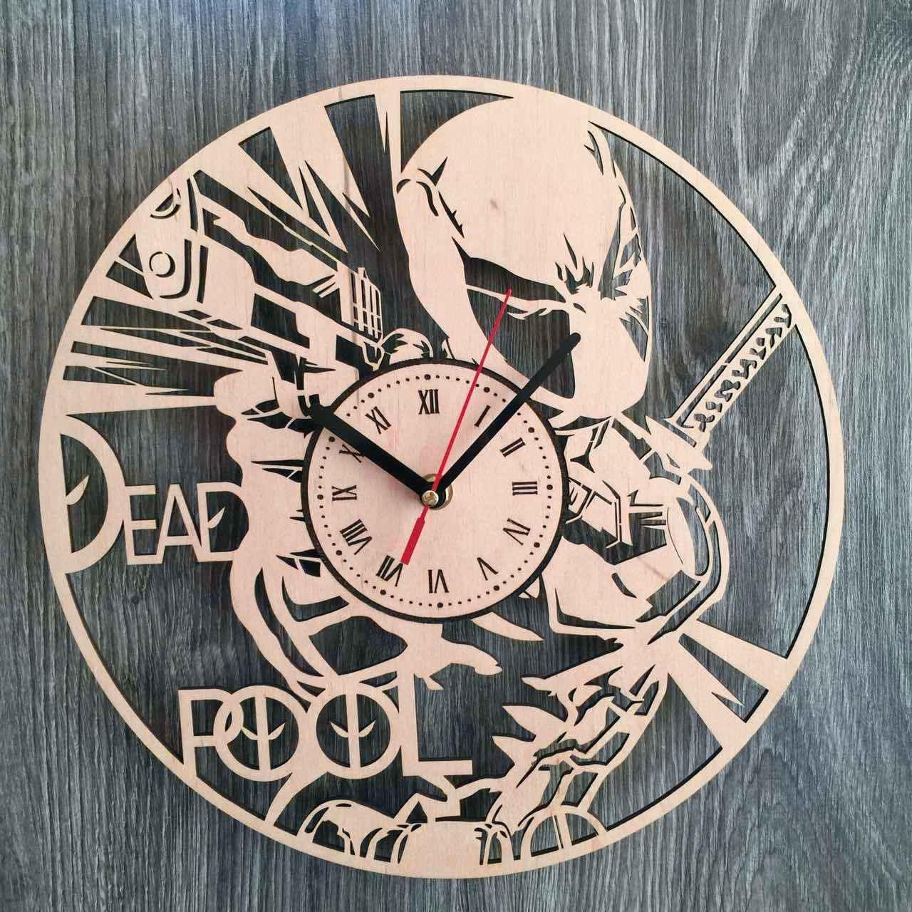 Оригинальные настенные часы из дерева «Дэдпул»