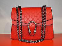 Яркая вечерняя женская сумочка на цепочке красного цвета