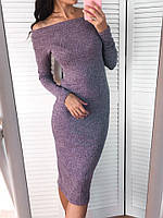 Трикотажное удлиненное платье с вырезом на плачах
