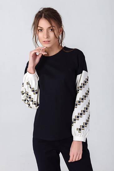 Жіноча блузка оздоблена геометричною вишивкою в класичних кольорах