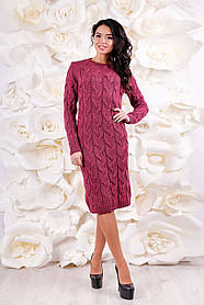 Платье трикотажное  полуприлегающего силуэта выполнено из вязаного полотна