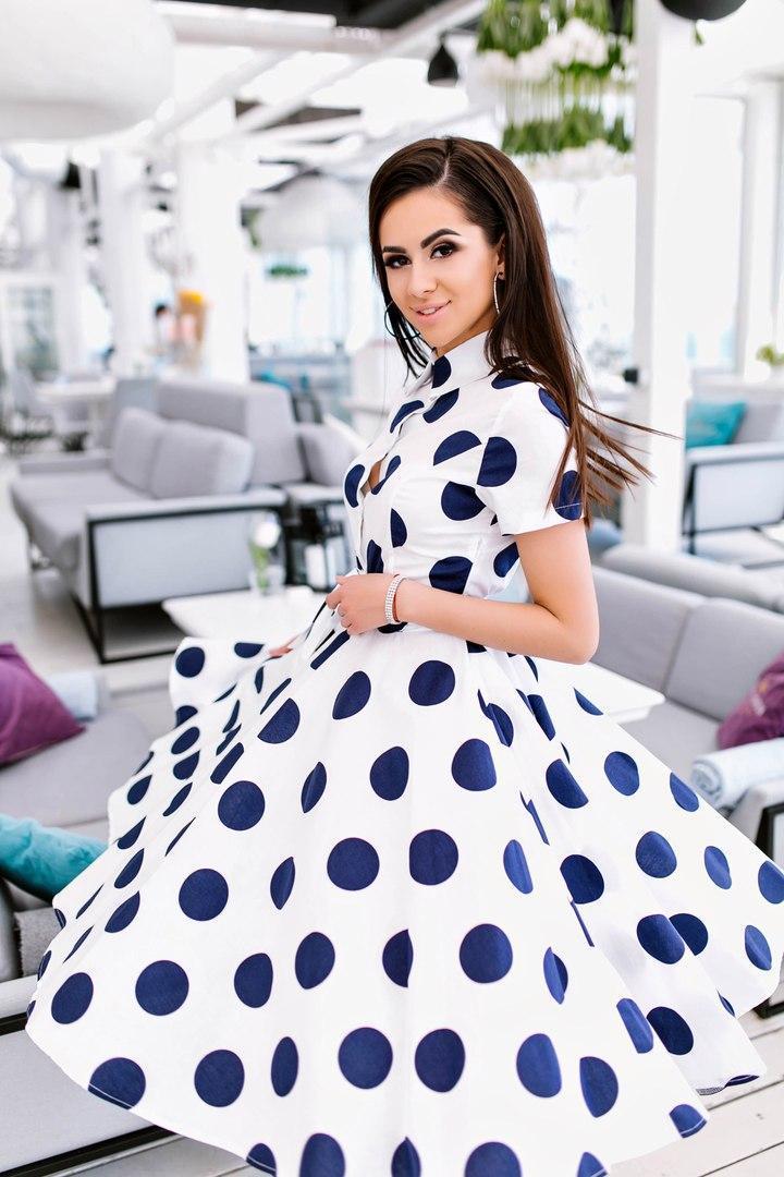 Расклешённое платье в горошек