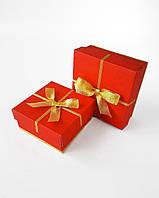 Набор маленьких квадратных новогодних коробок ручной работы однотонного красного цвета с золотым бантом