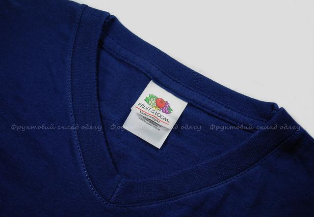 Тёмно-синяя мужская футболка с V-вырезом