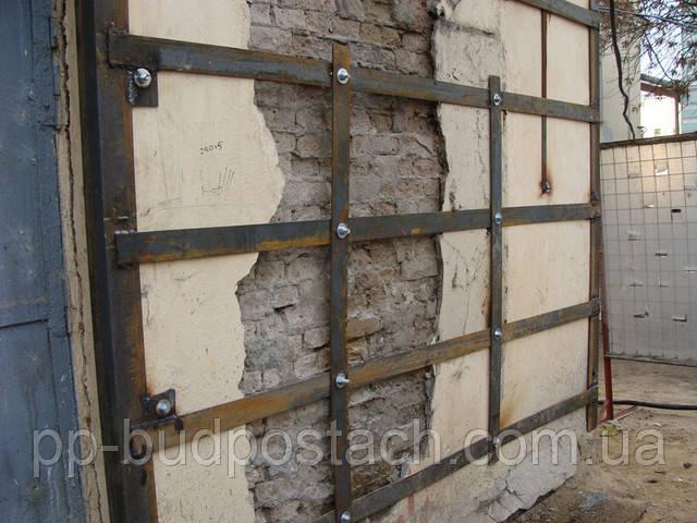 Укрепление кирпичных стен традиционными способами.