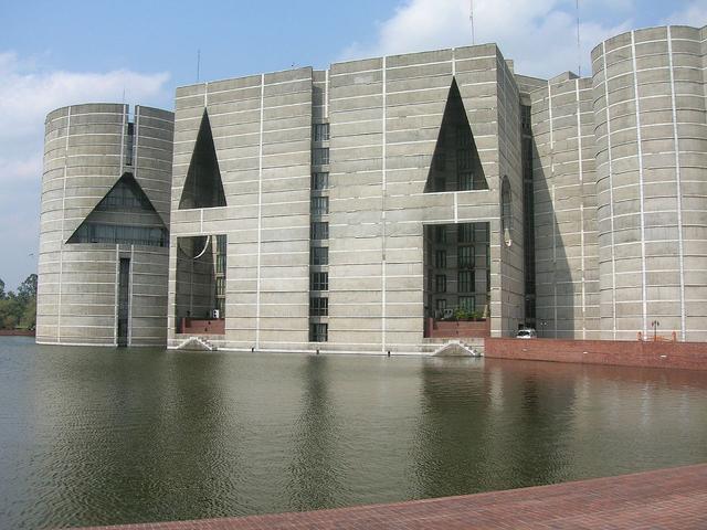 Здание парламента в Дакке. Бангладеш