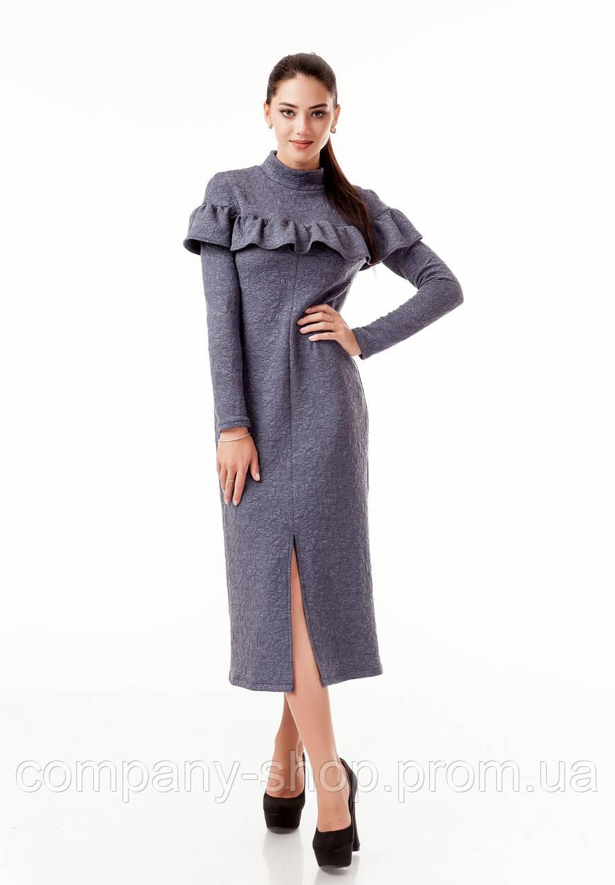 Платье трикотажное теплое удлиненное с воланом по груди. Модель П103_темно-серый цветочек.