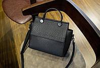 Черная средняя женская сумка через плече; на плече