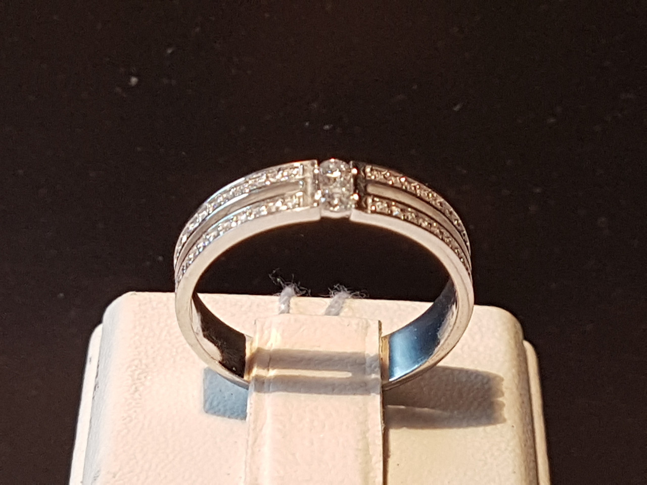Серебряное кольцо с фианитами. Артикул 10026р 18