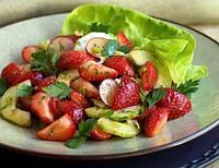 Клубничный салат с яблоками