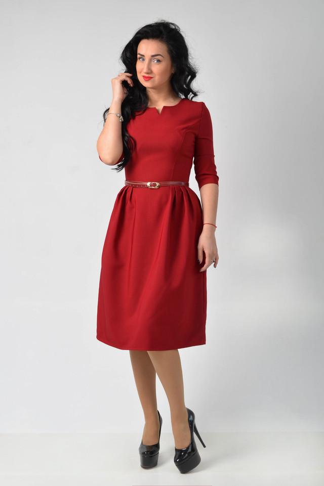 Эффектное красное платье средней длины