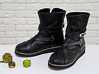 Женские высокие ботиночки в стиле UGG из натуральной текстурированной кожи черного цвета, фото 1