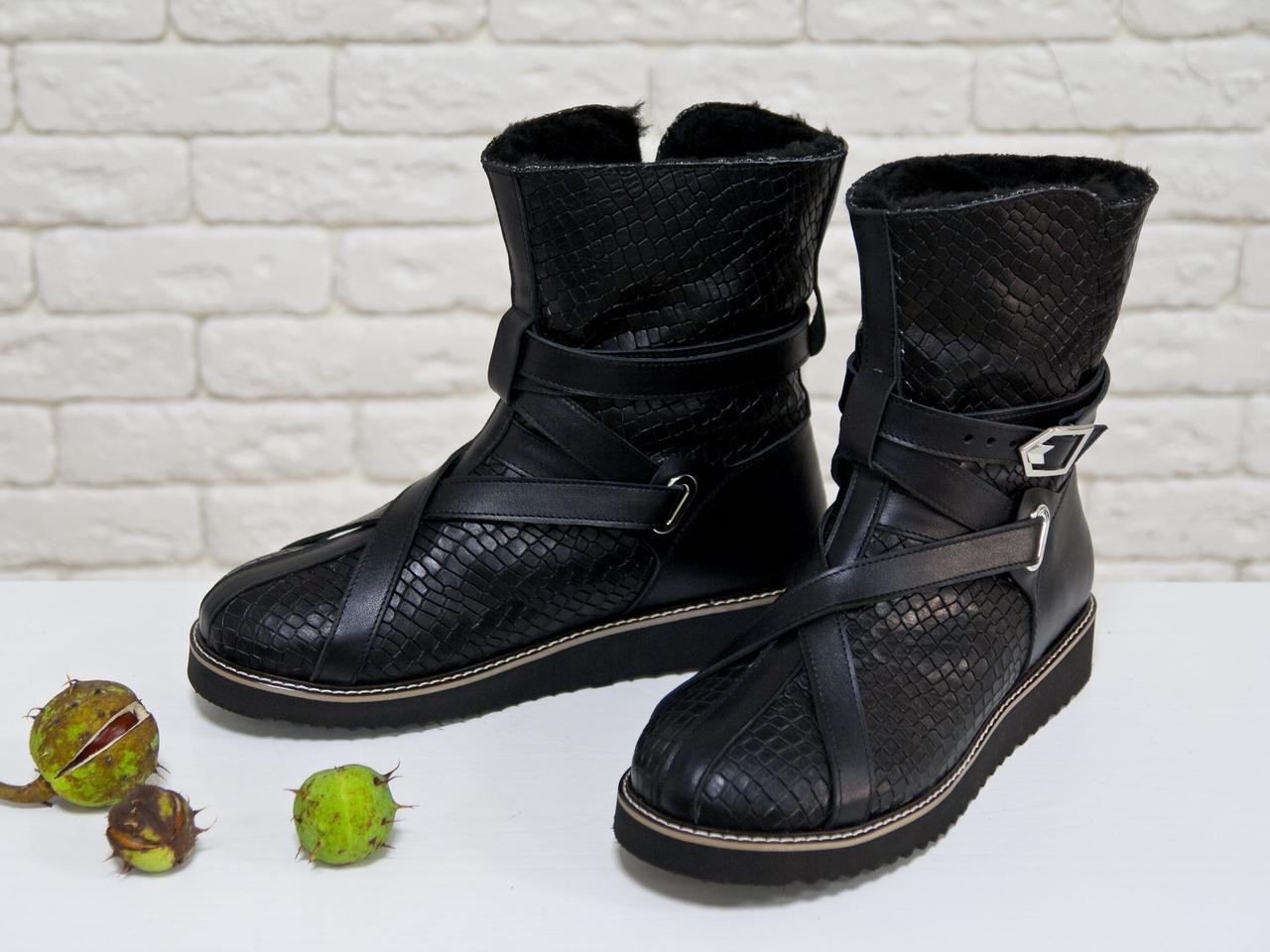 Женские высокие ботиночки в стиле UGG из натуральной текстурированной кожи черного цвета