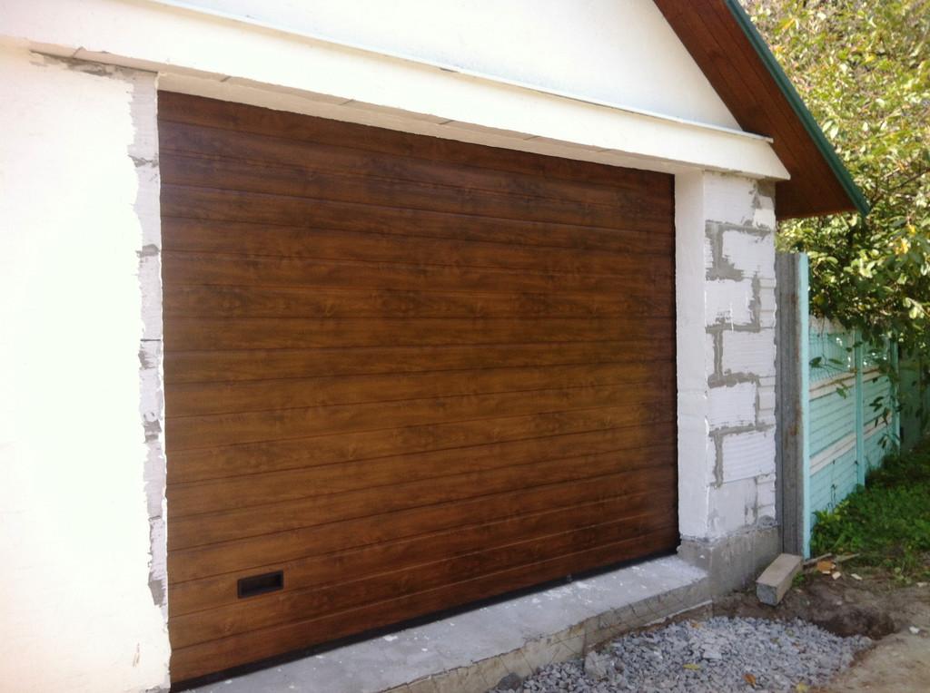 Гаражные секционные ворота Алютех в цвете темный дуб, тип панели S-гофр, 3200х2300