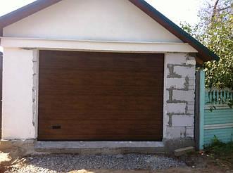 Алютех Классик - секционные гаражные ворота с торсионными пружинами. Тип полотна S-гофр. Цвет темный дуб (dark oak).