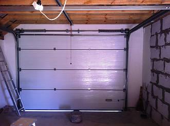 Ворота секционные гаражные Алютех Классик с торсионными пружинами для гаража (вид изнутри).
