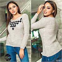 Женский свитер бежевого цвета с нашивками из экокожи. Модель 16187