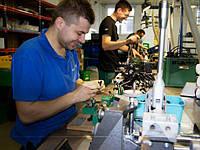 Рабочий на заводе PASS POLSKA
