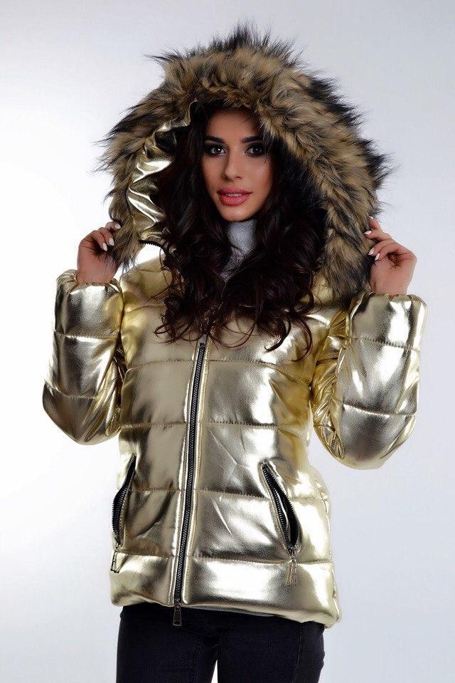 Блестящая укороченная куртка с капюшоном и мехом.