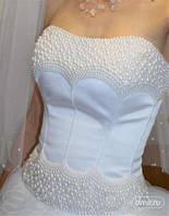 Свадебные платья также можно и нужно украшать стразами и полужемчугом
