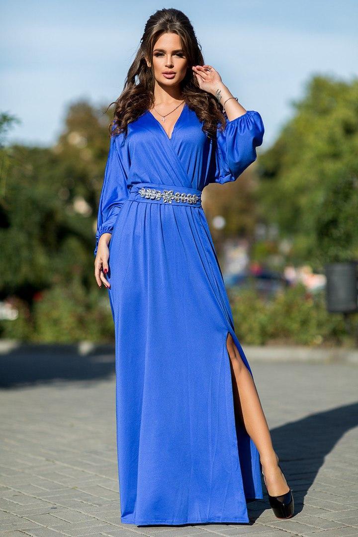 Шикарное макси платье с украшение на поясе.
