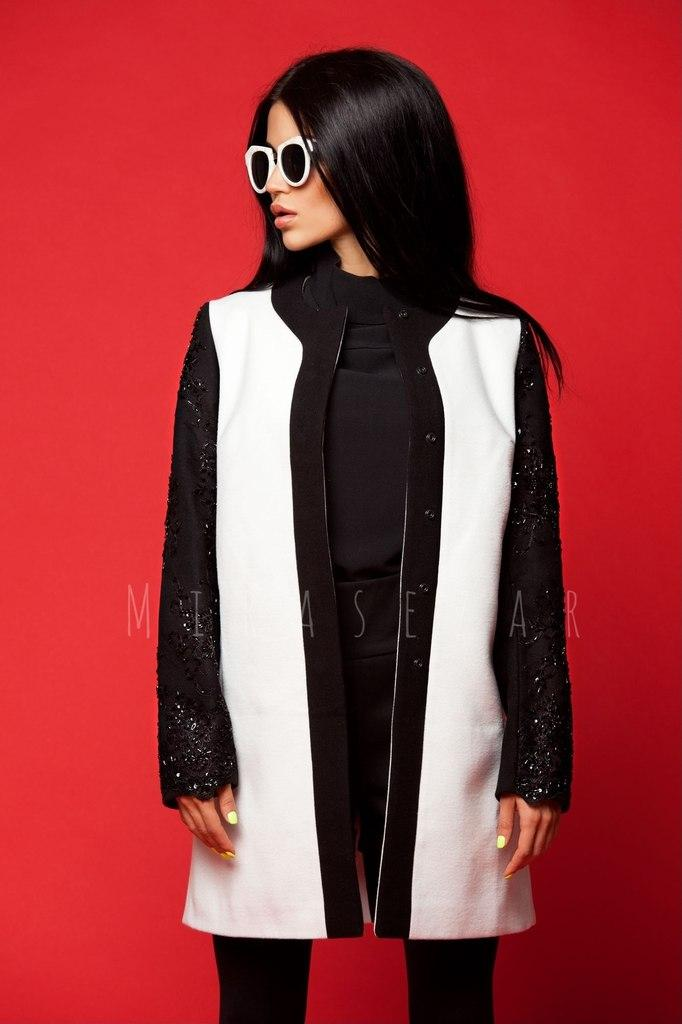 Стильное пальто с рукавами из дорогово кружева с пайетками.