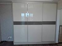 Шкаф купе на заказ c стеклами на фасаде Starke V34