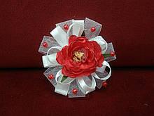Заколка для волос с цветком красная с белым