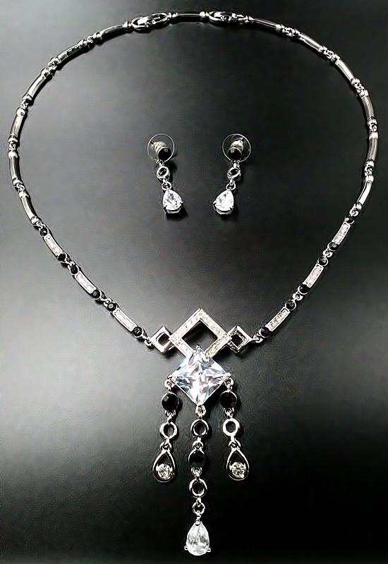 Колье фирмы Xuping. Цвет серебряный. Камни: белый и чёрный циркон. Длина: 44-47 см Ширина: 80 мм.
